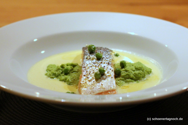 Confierter Lachs an Curryschaum mit Erbsenpüree und Minze