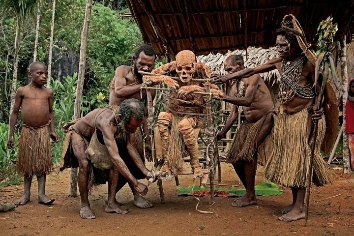 Múmias são uma parte diária da cultura em Koke.