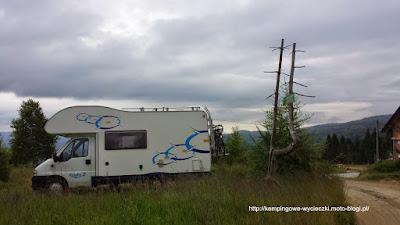 Na zdjęciu kamper na polanie w przysiółku Obidza, gdzie spędziliśmy noc.