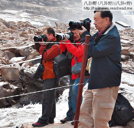 楊元惺(右一)愛好攝影,曾經吹噓裝備包括價值逾二十萬港元的 Hasselblad H4D相機,還有佳能 1D Mark III、 5D Mark II、 7D等單反。粗略統計,連同鏡頭等器材,至少價值五十萬港元。(網上圖片)