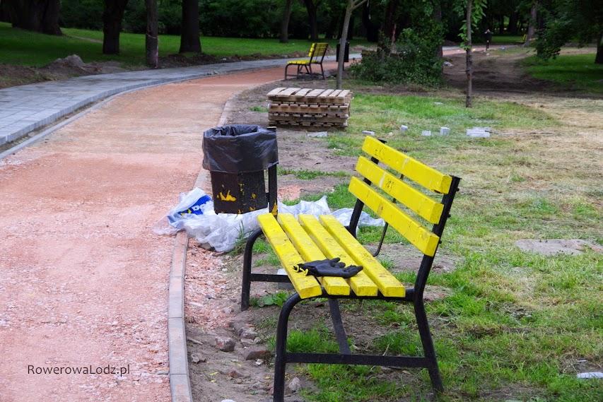 Ławki i kosze na śmieci są po stronie rowerówki... lepiej będą służyć od strony chodnika.