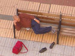 Leopoldo María Panero en un banco de la calle Triana de Gran Canaria