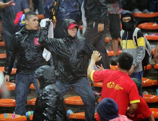 Cảnh sát Malaysia đã bắt giữ một số đối tượng quá khích của nước chủ nhà. Có thể thấy rõ sự hung hãn của CĐV áo đen trước CĐV Việt Nam.