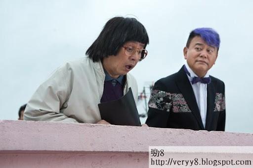 阿倫(左)飾演王危機的老友,被他累到要跳樓。