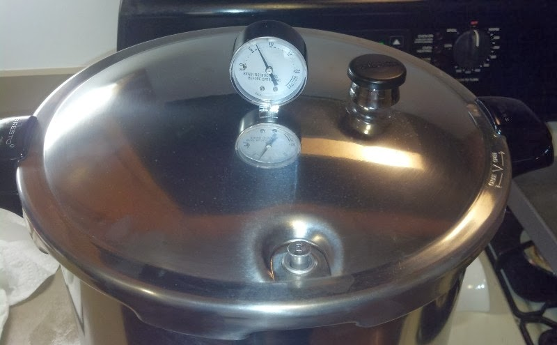 Pressure canner with pressure regulator
