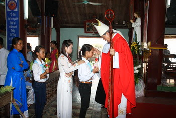 Đức Cha thăm mục vụ và ban Bí tích Thêm Sức tại giáo xứ Dưỡng Điềm