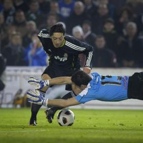 Özil dribbles Toño two times in a meter