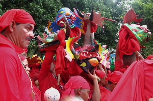 Aglomeración de Diablos de Yare en el día de Corpus Christi en San Francisco de Yare, Municipio Bolivar, Miranda Venezuela