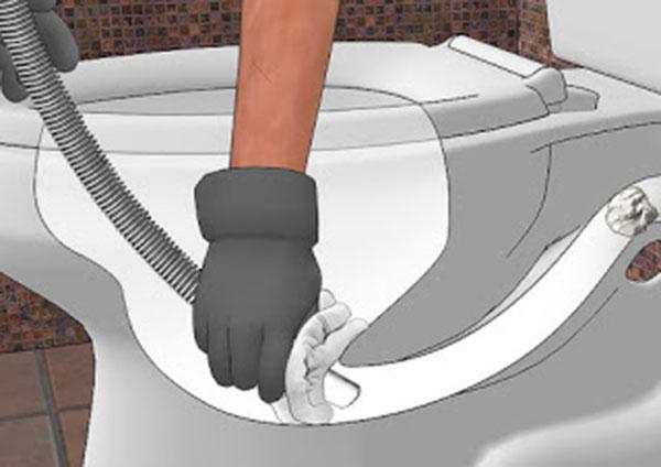 Thông nghẹt bồn cầu bằng lục hút của máy