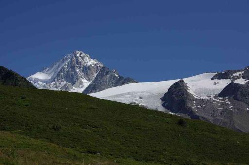 L'aiguille du Chardonnet et le glacier du Tour, depuis la station de Charamillon