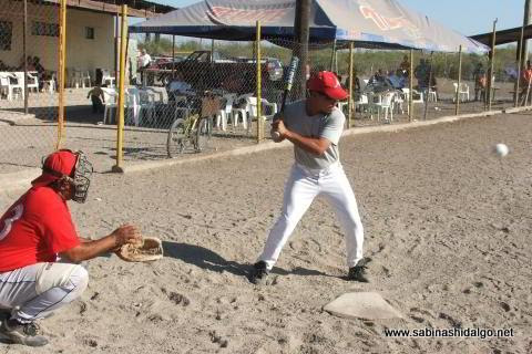 Jesús Abrego bateando por Águilas en el softbol del Club Sertoma