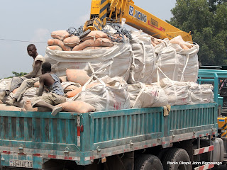 Transport de sacs du ciment pour les travaux de réfections des routes par des entreprises chinoise le 27/02/2013 à Kinshasa. Radio Okapi/Ph. John Bompengo