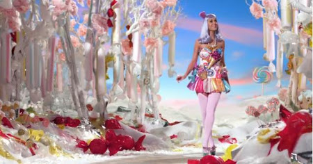 Katy Perry vestida de doce no clipe california gurls
