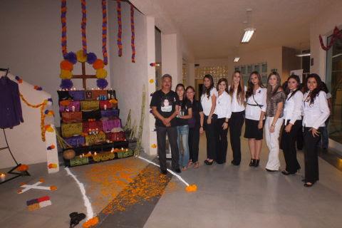 Organizadoras y familia de Rodrigo Facundo en el evento de altar de muertos en Campus Sabinas