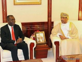 Le Premier ministre congolais Matata Ponyo Mapon en discussion avec le ministre des Finances du Sultanat d'Oman, M. H.E. Yousuf bin Alawi bin Abdullah, le 13 mai 2014 à Mascat. (Photo Primature/RDC)