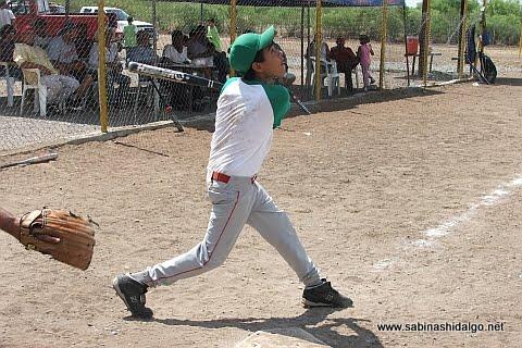 David Velázquez bateando por Chupacartas en el softbol del Club Sertoma