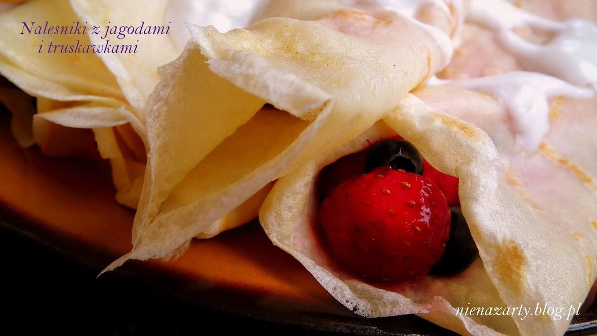 naleśniki z jagodami i truskawkami