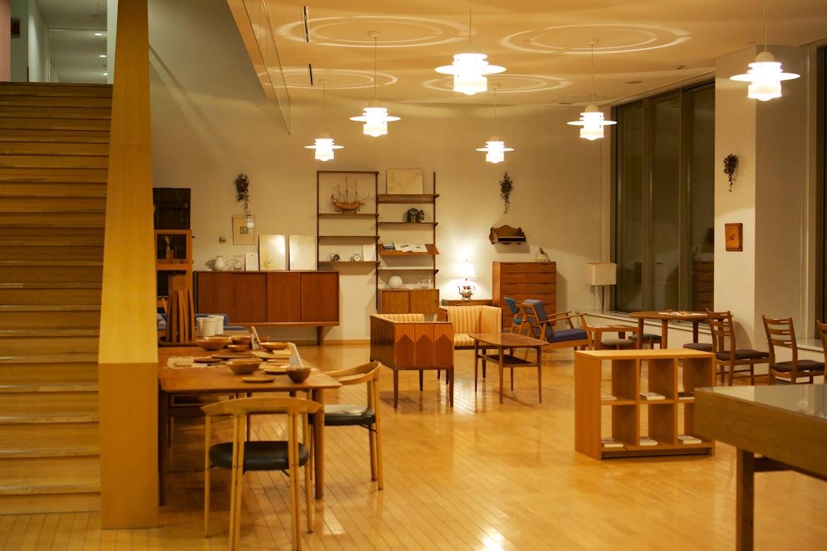 デンマーク家具などが並ぶギャラリー