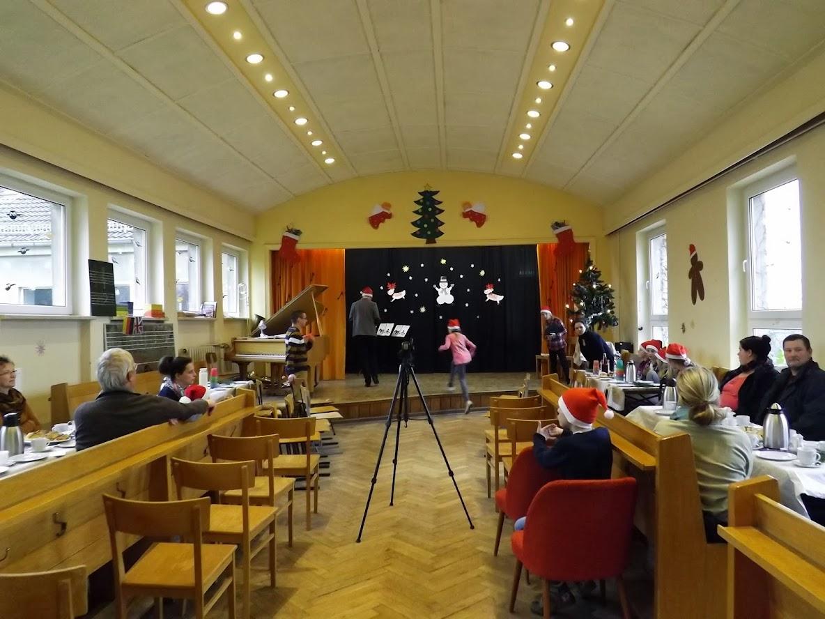In wenigen Minuten geht es los, die Aula füllt sich dann bis auf den letzten Platz... (Zum Öffnen der Bildergalerie von © schuletantow.de auf das Bild klicken)