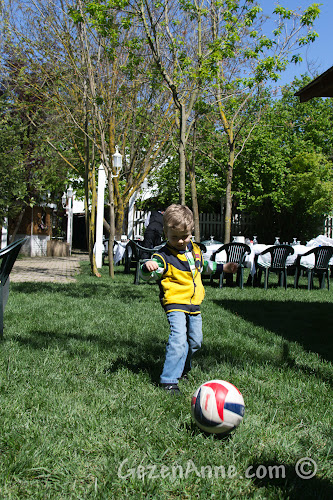 Cumhuriyetköy'deki Beyaz Bahçe'de çimler üstünde top oynarken