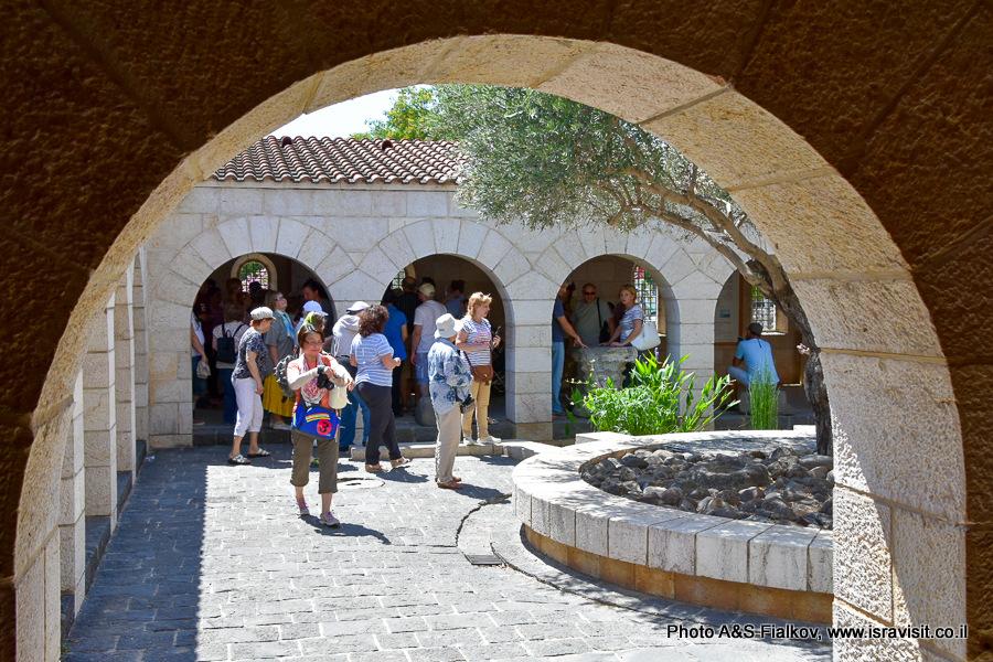 Церковь умножения хлебов и рыб в Табхе. Внутренний дворик церкви. Экскурсия Светланы Фиалковой.