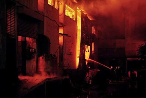 3. Time Toy Factory Fire Vụ cháy ở nhà máy đồ chơi tại Thái Lan năm 1993 được cho là vụ cháy tồi tệ nhất trong lịch sử các ngành công nghiệp. Ba tòa nhà bị thiêu rụi trong vụ cháy này đều được xây dựng rất cẩu thả, không có bình chữa cháy, còi báo động hay cửa thoát hiểm. Kết quả là đã có 188 người bị thiệt mạng, 486 người bị thương trong khu vực vốn được nhiều công ty lớn sử dụng để làm nơi sản xuất các mặt hàng giá rẻ này.