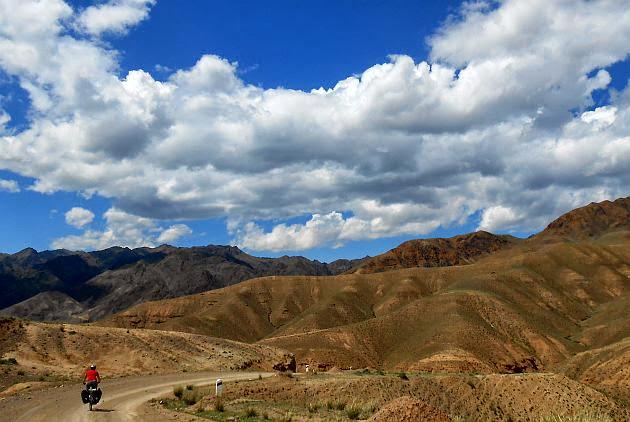 Fahrt über einen kleinen Pass zwischen Sary Bulak und Keng-Suu ins Tölök-Tal, Kirgistan