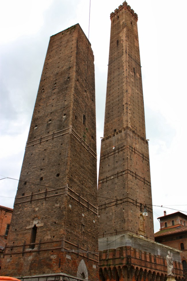 leaning tower of bologna twin towers