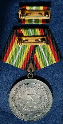 150e Medaille für treue Dienste in der Nationale Volksarmee für 10 Dienstjahre Punze 900 - 7 www.ddrmedailles.nl