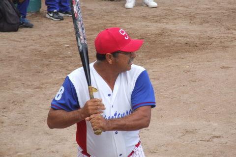 Roberto Sánchez de Hipertensos en el softbol dominical de Bellavista