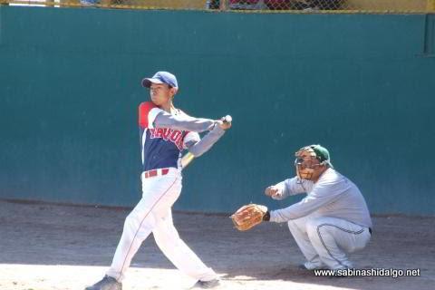 César González bateando por Burócratas A en el softbol dominical