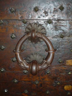 En algunos casos no sólo la aldaba es antigua, también la propia puerta