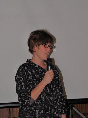 Veerle Verleyen vakbondsecretaris bij LBC-ACV Halle geeft een inleiding bij de film.