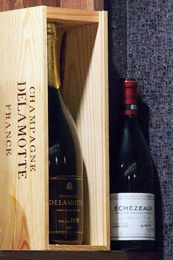 カウンターの上に佇むワイン(右)「2010 Echezeaux エシェゾー・ドメーヌ・ド・ラ・ロマネ・コンティ(フランス ブルゴーニュ)」