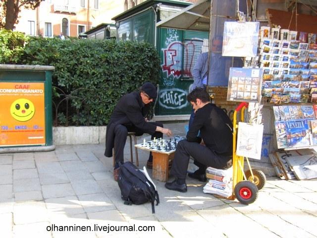 Гондольеры в перерыве играют в шахматы