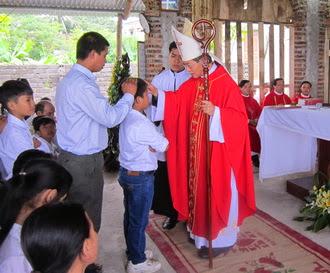 Đức Cha Giuse ban Bí tích Thêm sức cho 38 em thiếu nhi Giáo xứ Phúc Châu