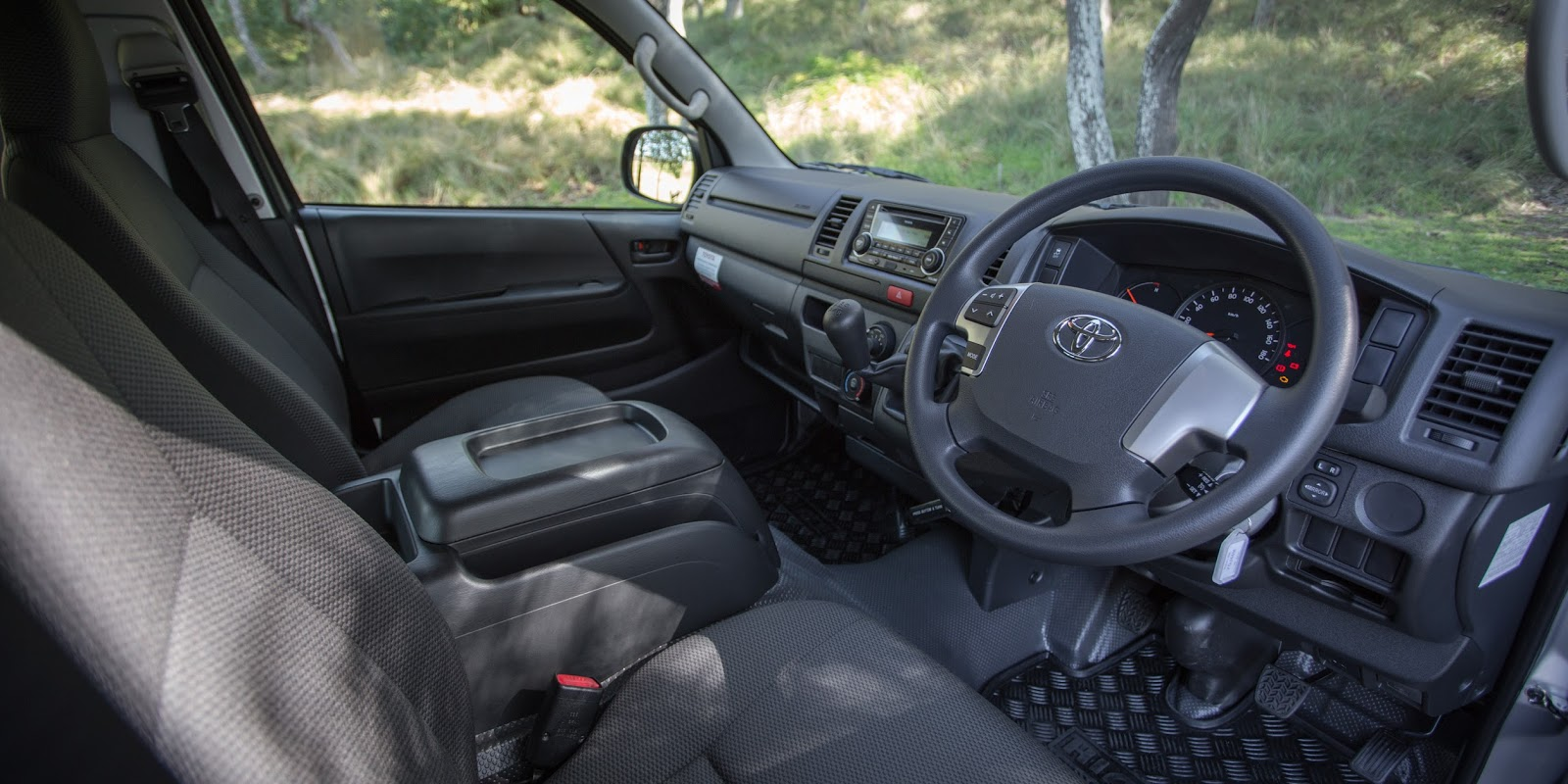 Khoang lái của Toyota HiAce 2016 thực dụng và chỉ có các tính năng cơ bản