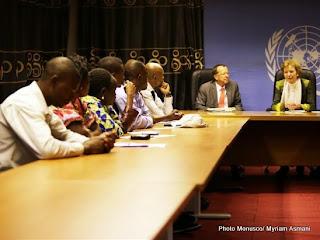 Mary Robinson, l'envoyée spéciale de Ban Ki-moon dans les Grands Lacs discute avec les activistes de la société