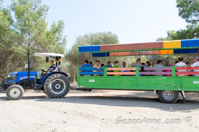 plaja turistleri taşıyan römorklü traktör, İncekum Marmaris
