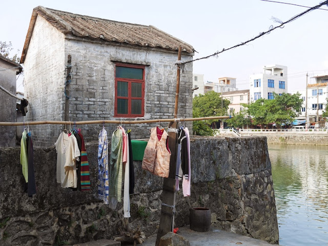 clothes hanging next to older building south of Jiaoqiao New Road (滘桥新路) in Yangjiang