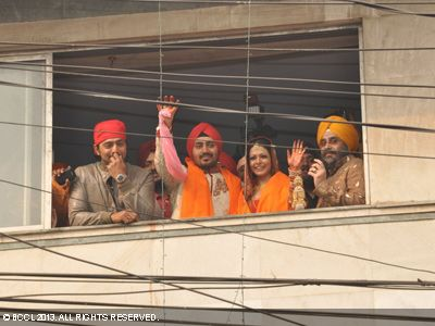 Nispal and Koel greeting their fans after their marriage in Kolkata.