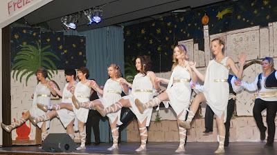 Erster Halt des Orient-Express war in Griechenland, wo die Reisenden von adretten Syrtaki-Tänzerinnen empfangen wurden.