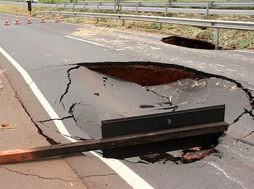 Burado no asfalto da Euclides da Ciha.