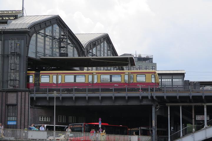 Der Bahnhof von der Spree aus gesehen