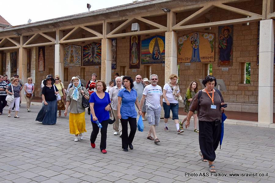 Гид Светлана Фиалкова с экскурсией в Храме Благовещения в Назарете.