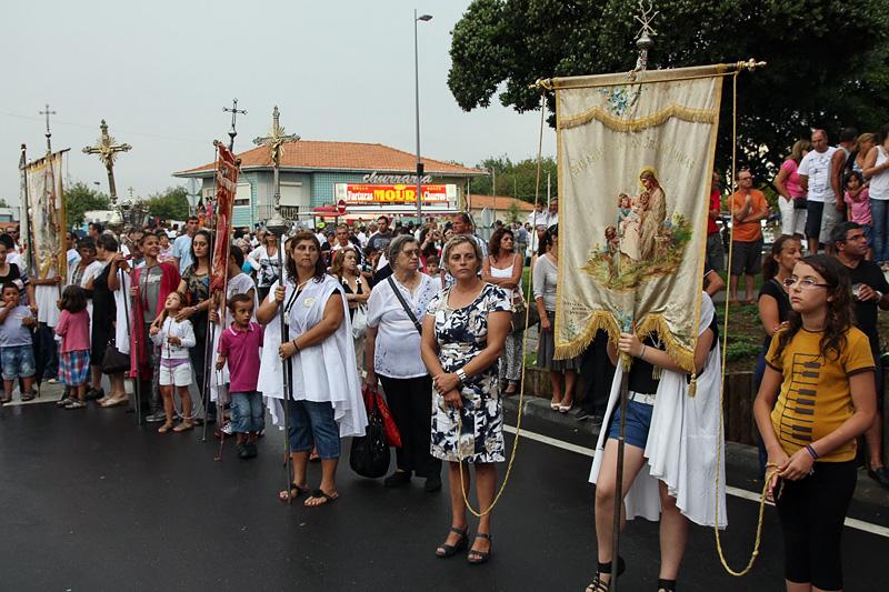Participantes da procissão lado a lado, aguardando a cerimónia