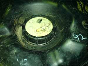 Отключаем жгут питания и трубку бензопровода