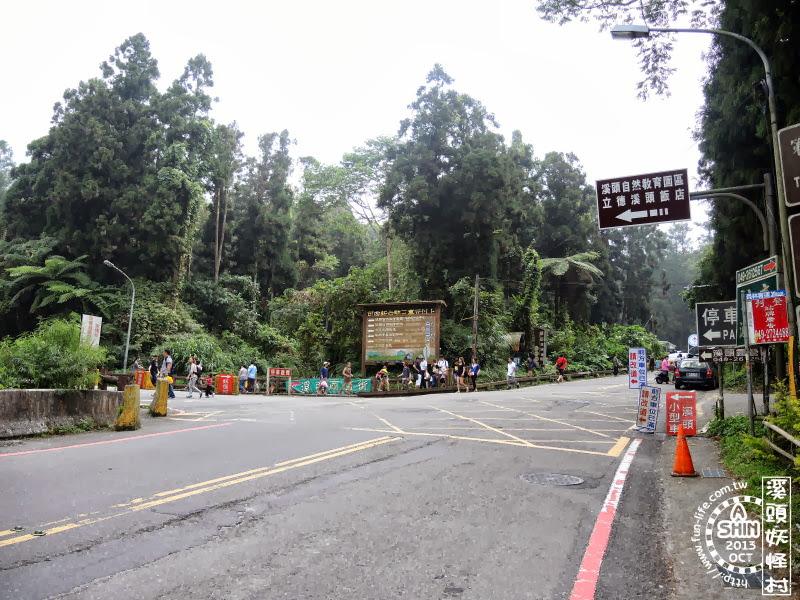 前方就是妖怪村囉,左邊則是溪頭自然教育園區