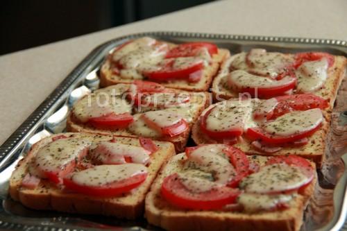Crostini   grzanki z mozzarellą, serem pleśniowym i suszonymi pomidorami wloska sniadanie przystawki latwe kolacja europejska codzienne  przepis foto