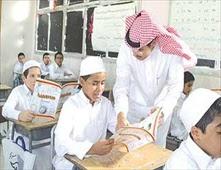 مدير مدرسة سعودي يضرب معلما أمام طلابه